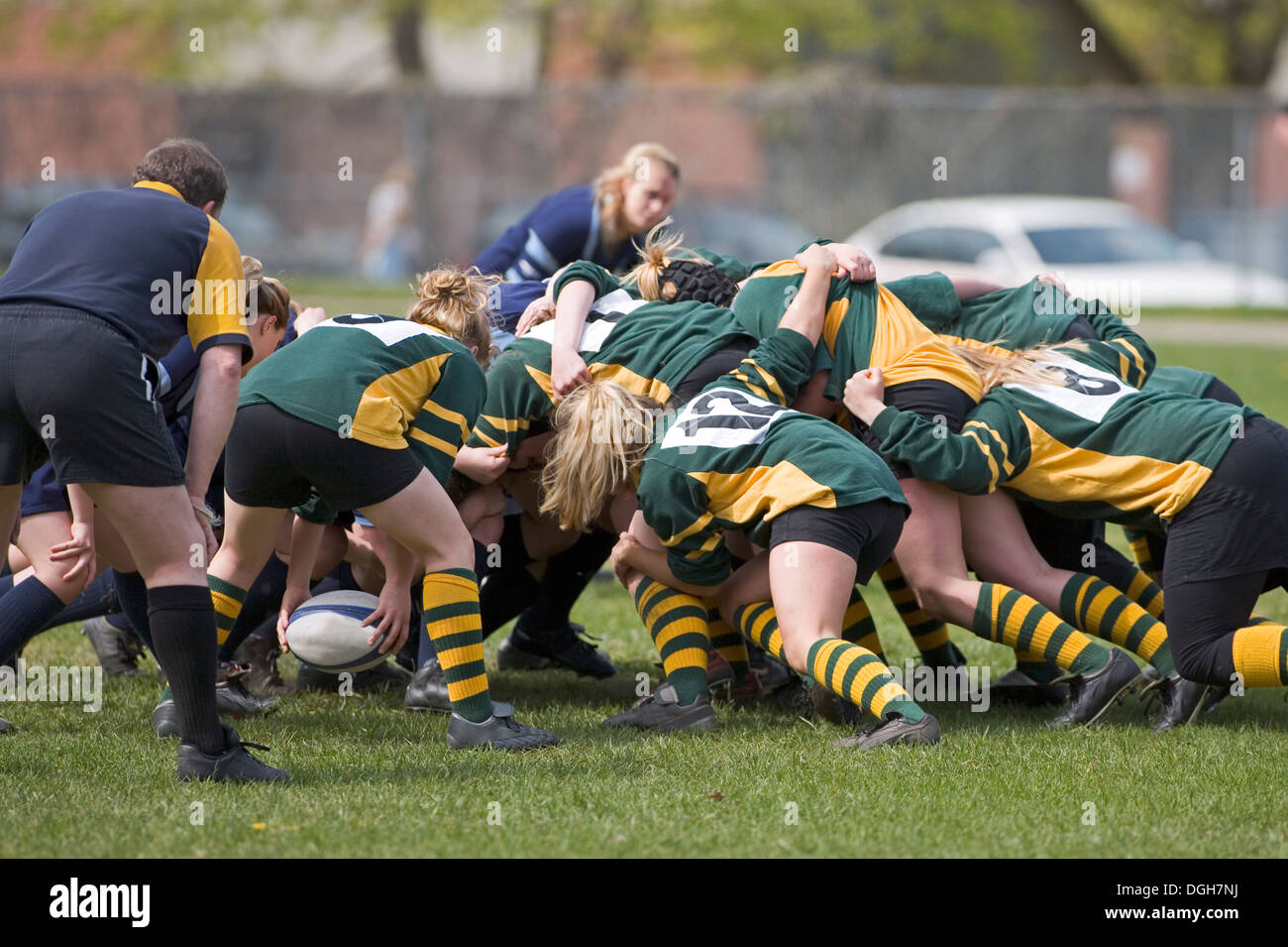 Le ragazze in rugby scrum Immagini Stock