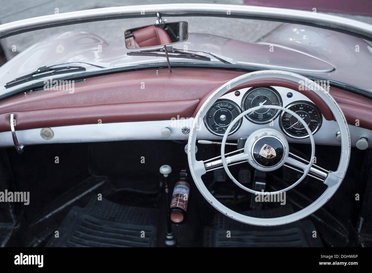 Vecchio Porsche 911, cruscotto e volante, da anni cinquanta, Irlanda Immagini Stock