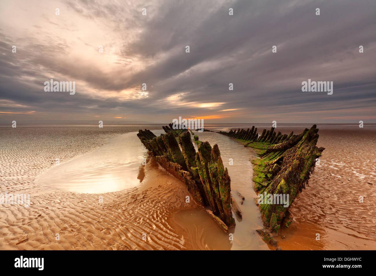 Vista dalla spiaggia verso un naufragio a Burnham-on-Sea. Immagini Stock