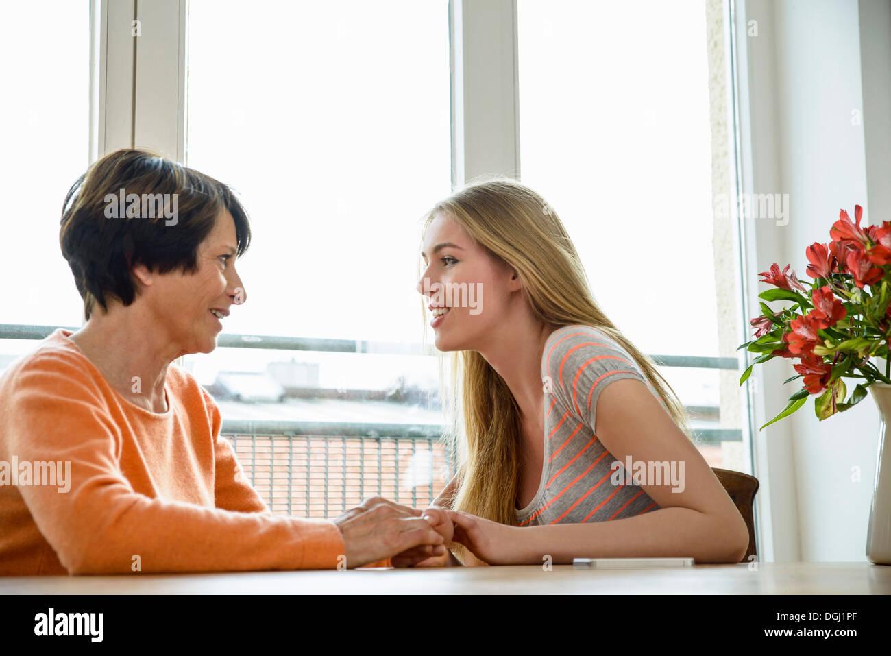 Madre e figlia di parlare faccia a faccia Immagini Stock
