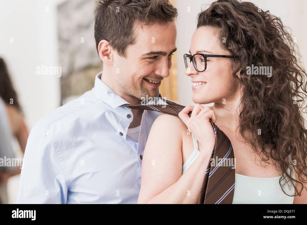 Metà donna adulta tirando l uomo di cravatta Immagini Stock