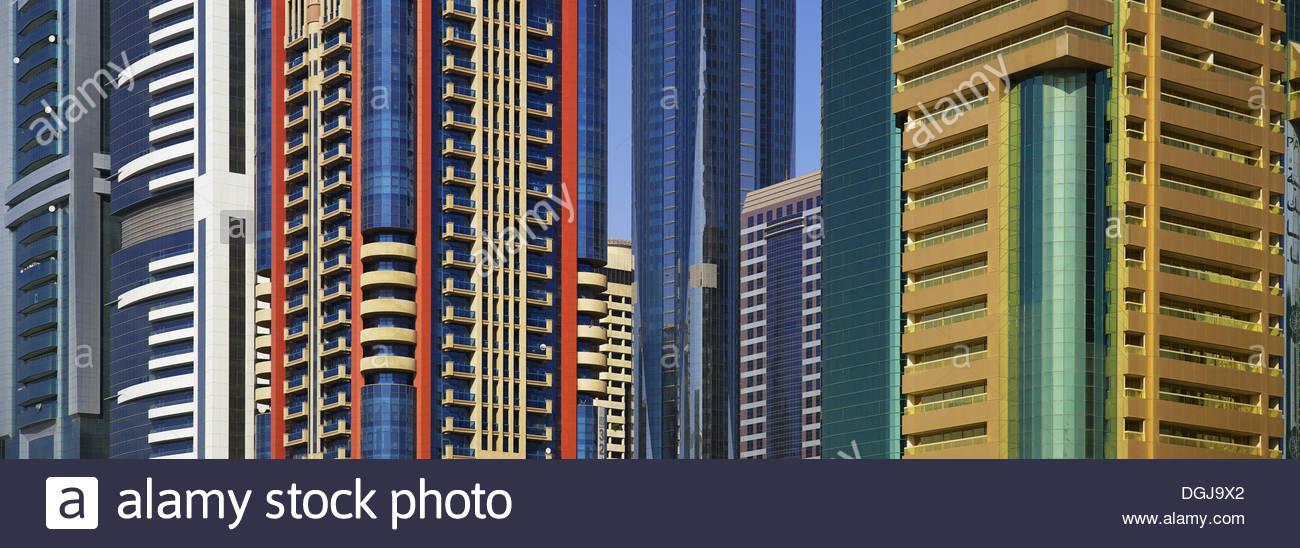 Colorati edifici per uffici a Dubai. Immagini Stock