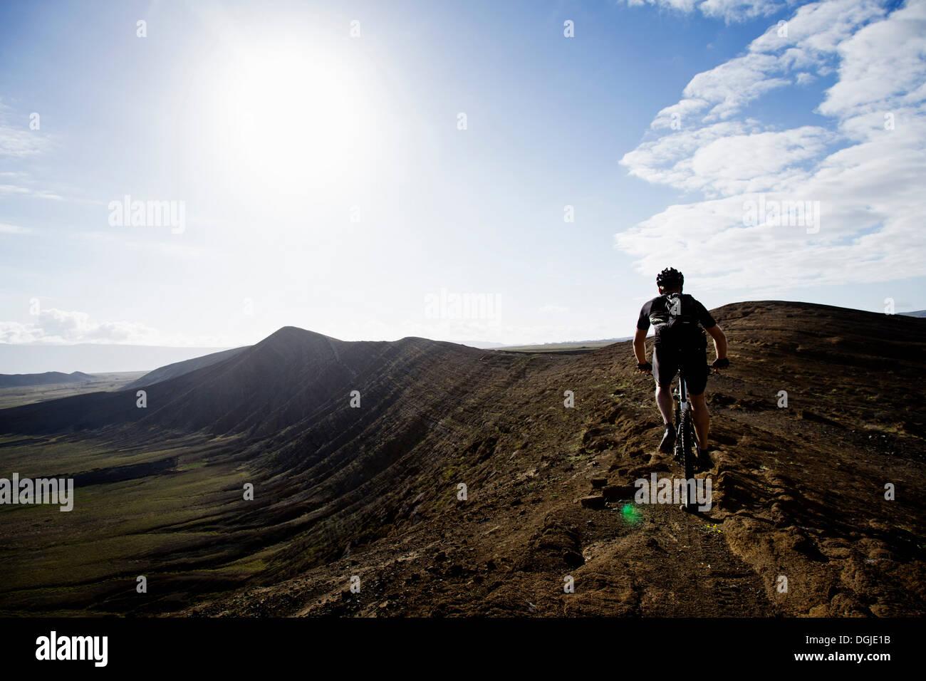 L'uomo mountain bike, Caldera del Cuchillo, Lanzarote Immagini Stock