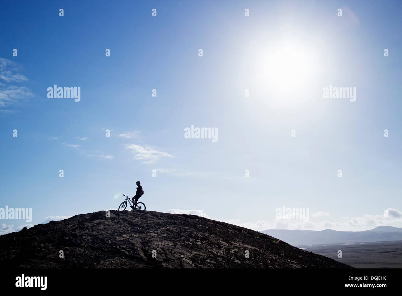 L'uomo mountain bike, Pica del Cuchillo, Lanzarote Immagini Stock