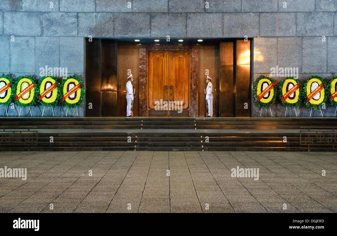 Guardie all'entrata del Mausoleo di Ho Chi Minh, Hanoi, Vietnam, Asia sud-orientale, Asia Immagini Stock