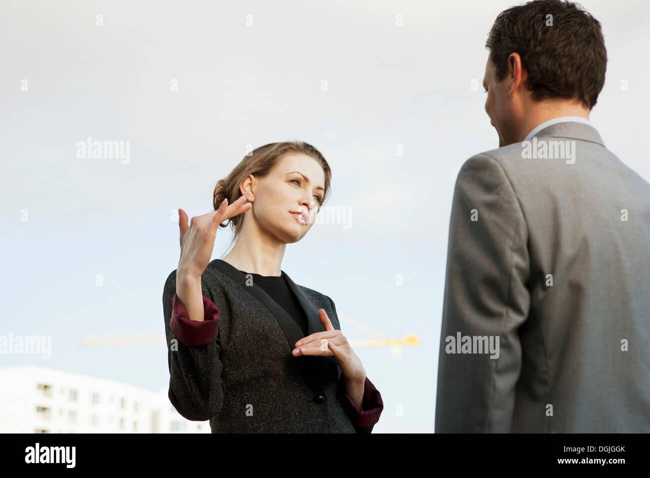 Metà adulto imprenditrice parlando a un collega all'aperto Immagini Stock