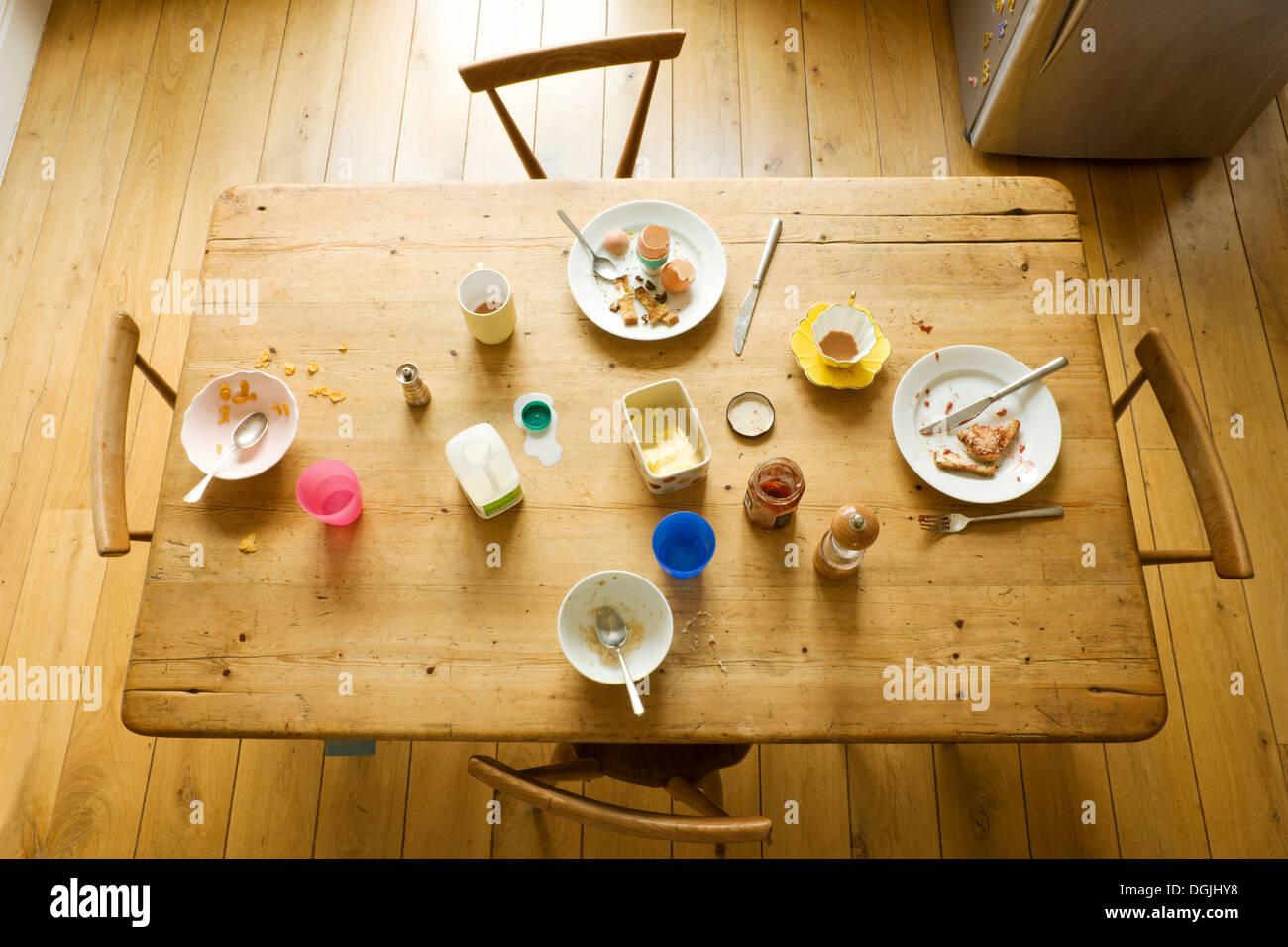 Vista aerea del tavolo per la colazione con mangiato cibi e piatti sporchi Immagini Stock