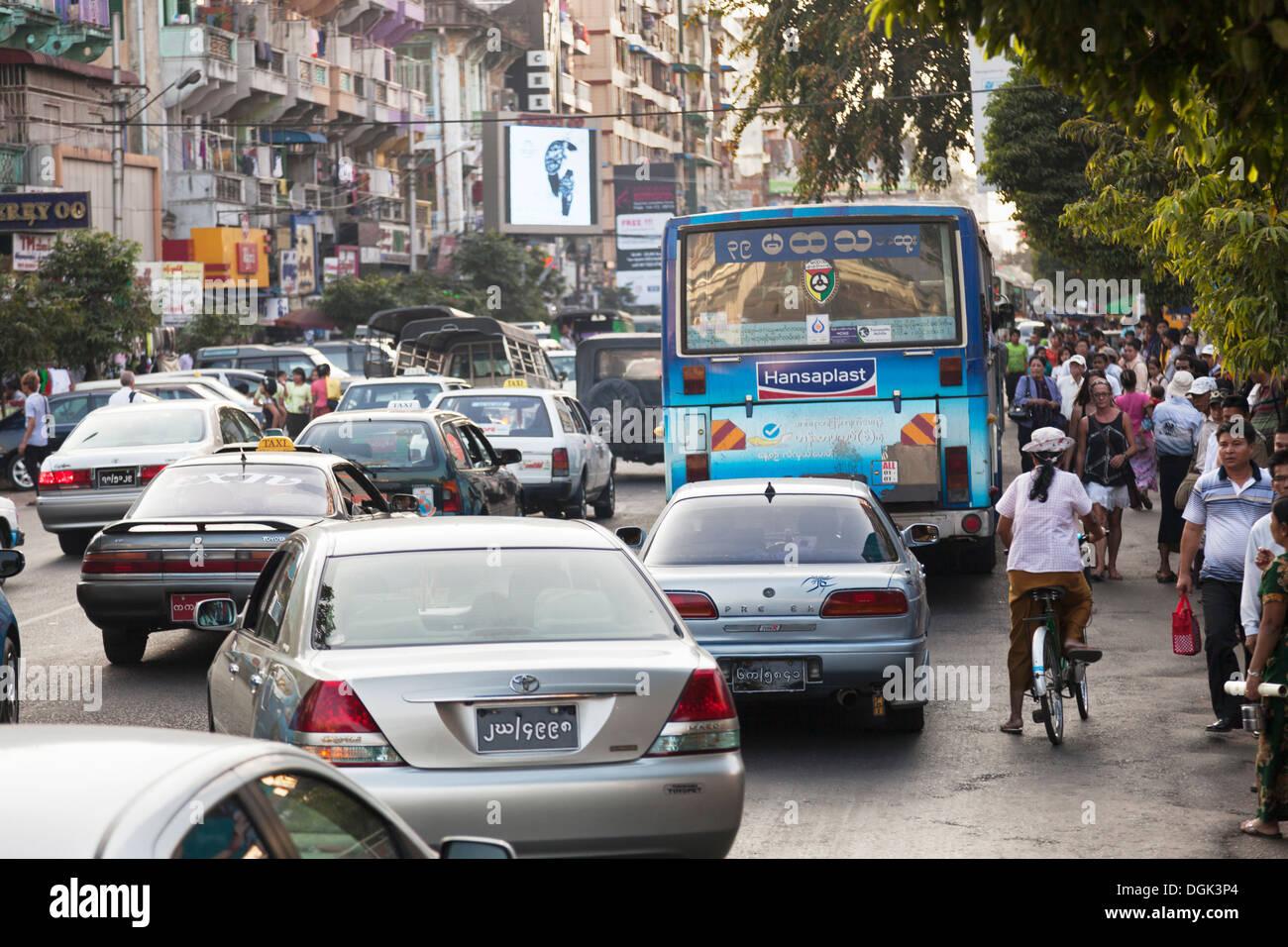 Tipicamente un traffico caotico inceppamento in Yangon in Myanmar. Immagini Stock