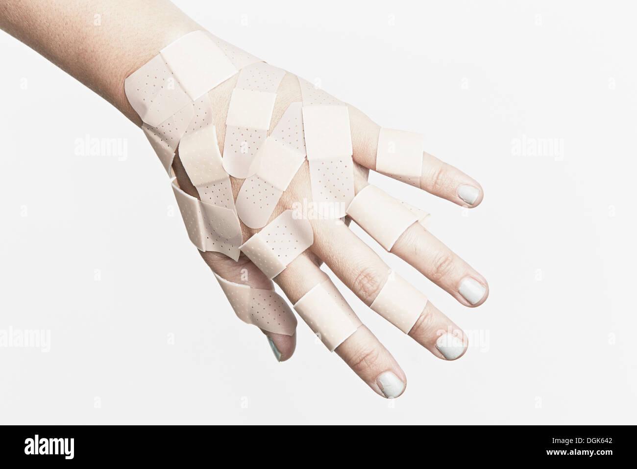 Ritagliate la mano coperta con cerotti Immagini Stock