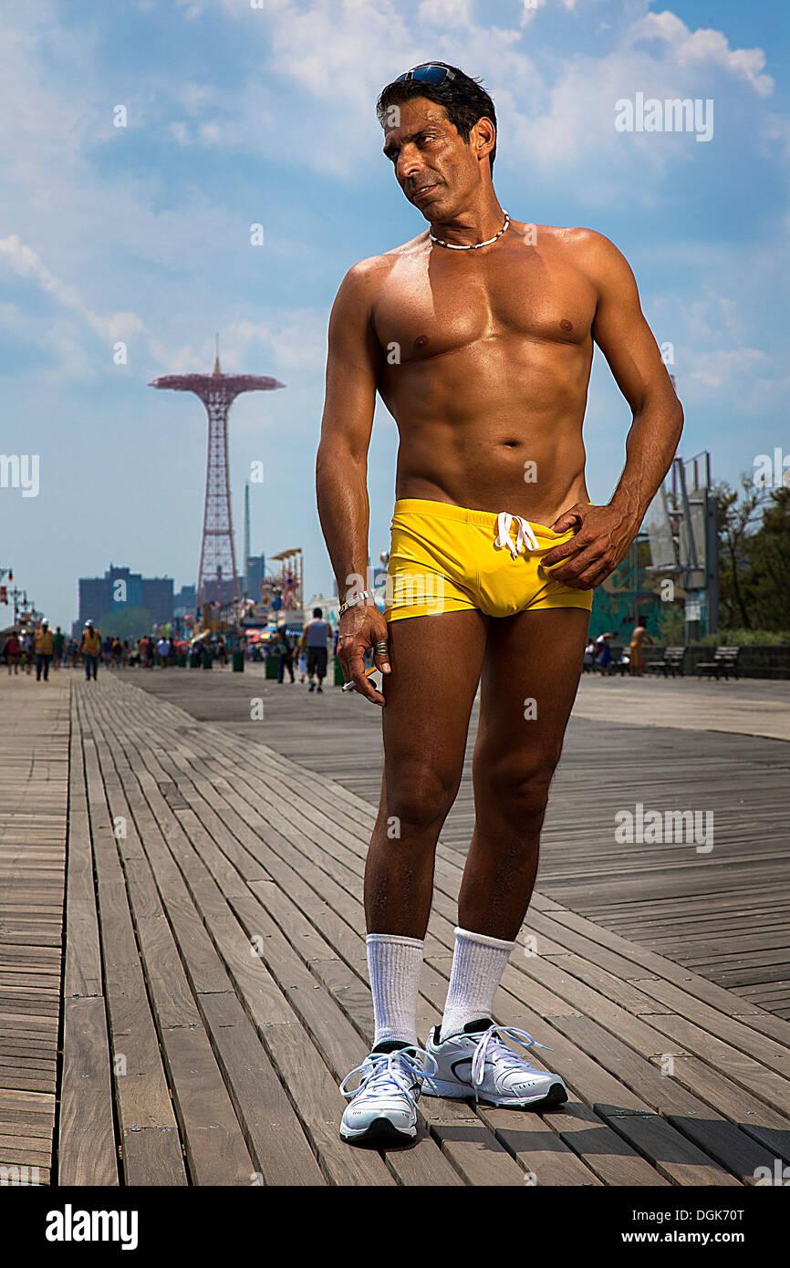 Ritratto di uomo in giallo tronchi, Brooklyn, New York, Stati Uniti d'America Immagini Stock