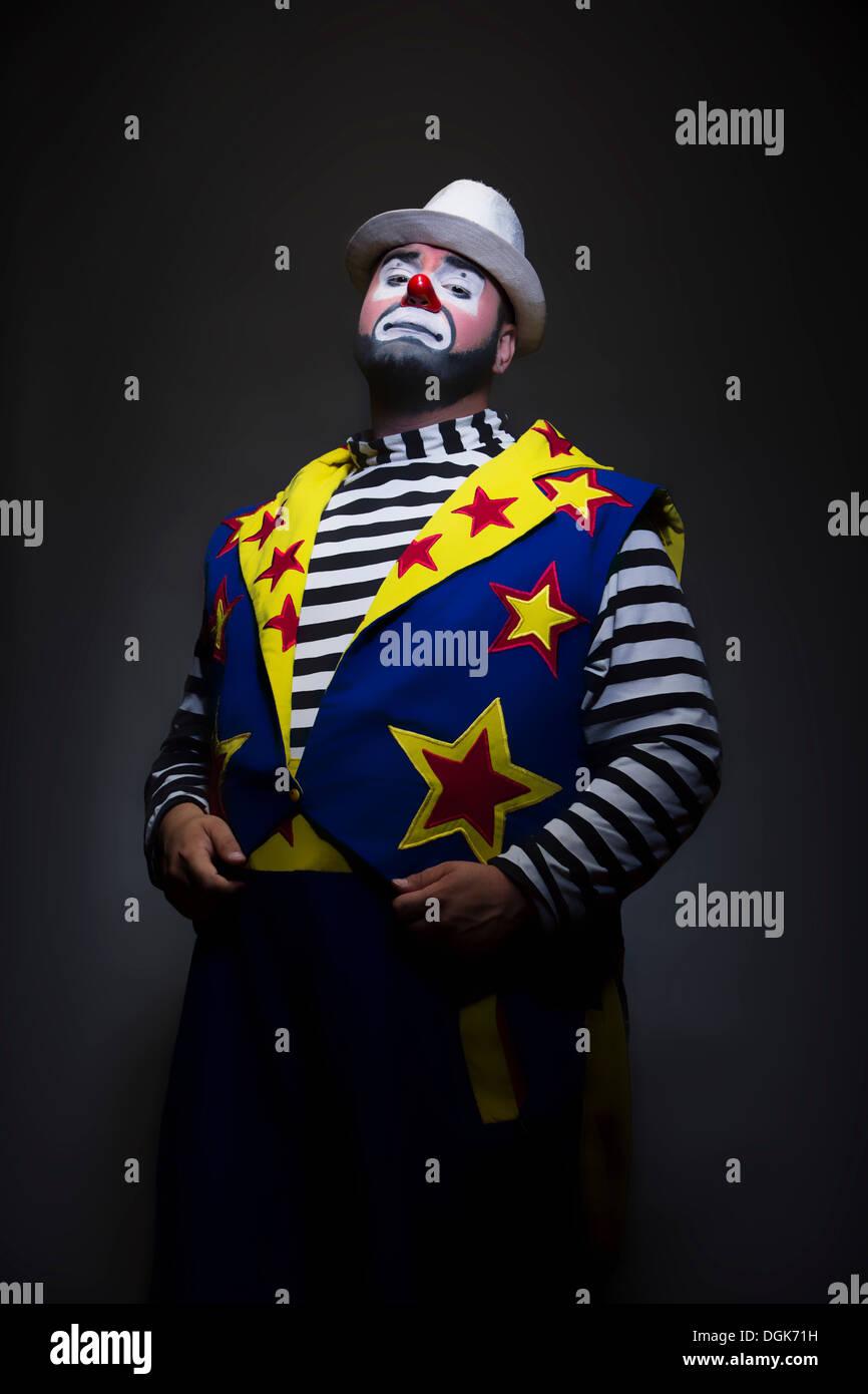 Ritratto in studio di clown con le mani nelle tasche Immagini Stock