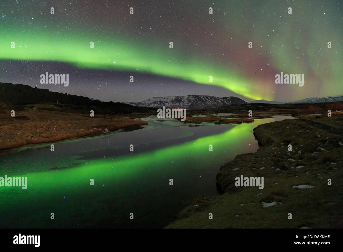 Aurora boreale sopra il lago Thingvallavatn a Thingvellir National Park in Islanda. Immagini Stock