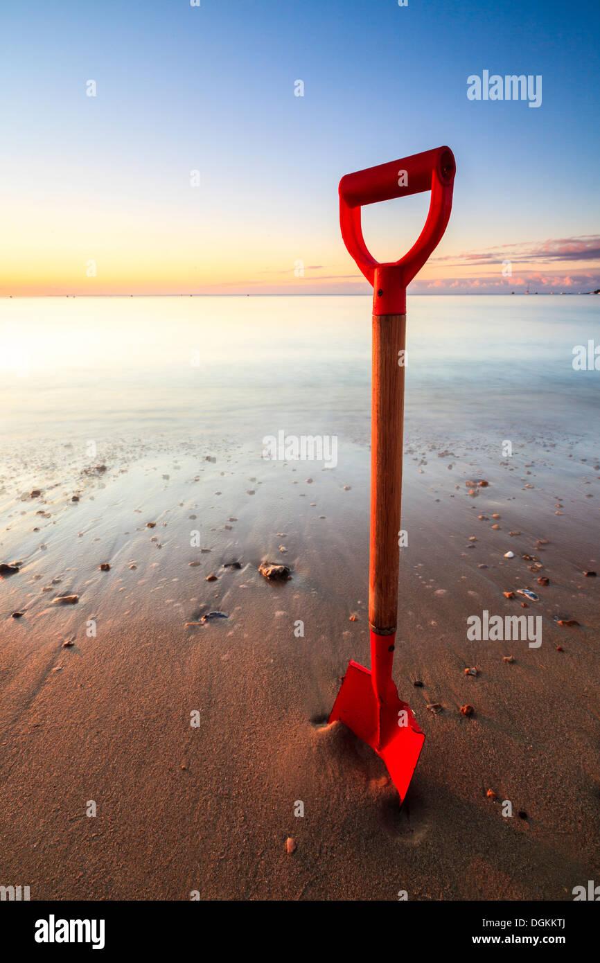 Spade nella sabbia sulla spiaggia di Swanage su una mattina di sole. Immagini Stock