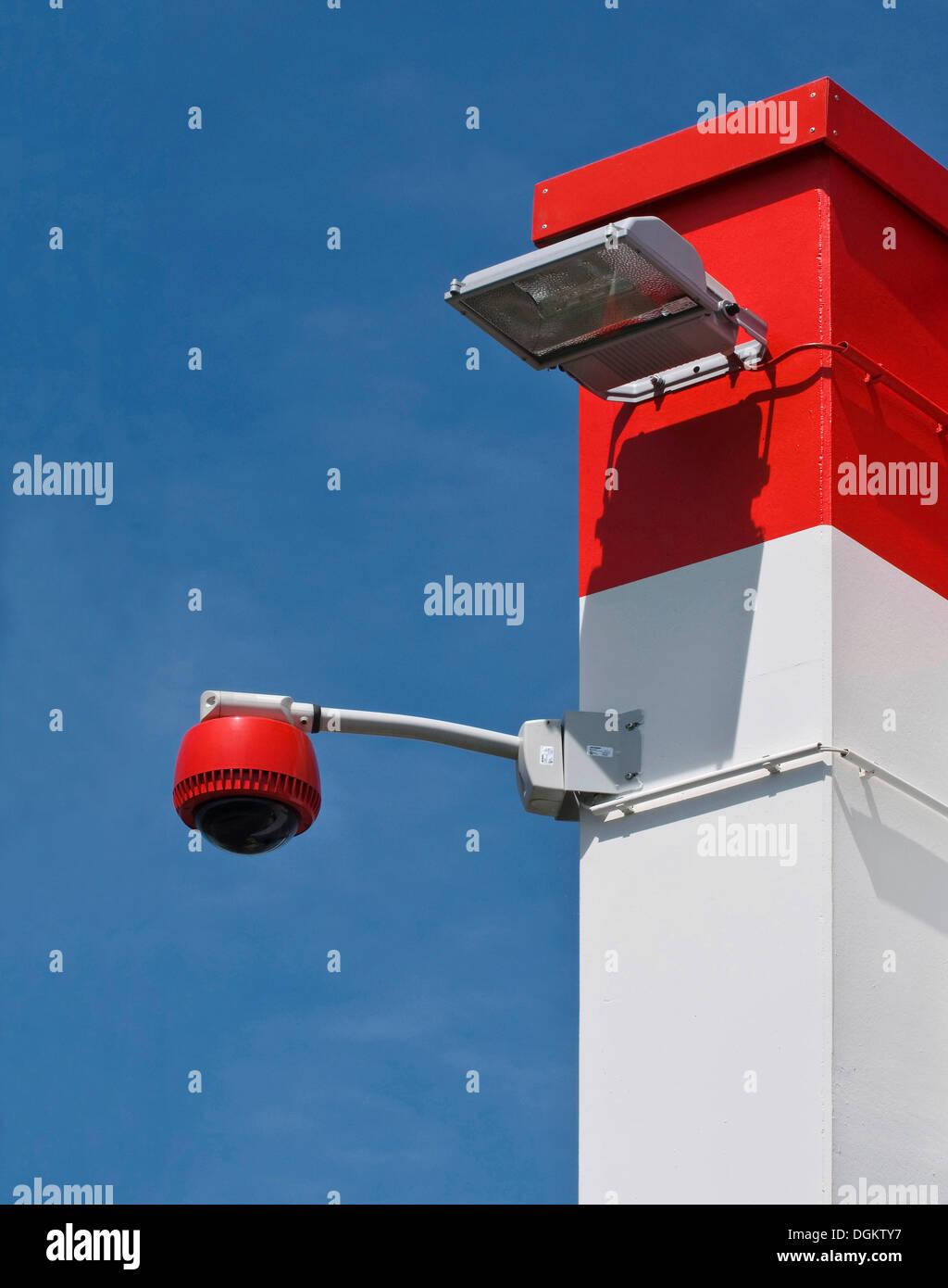 360-grado fotocamera sul muro contro il cielo blu, monitoraggio, protezione, PublicGround Immagini Stock