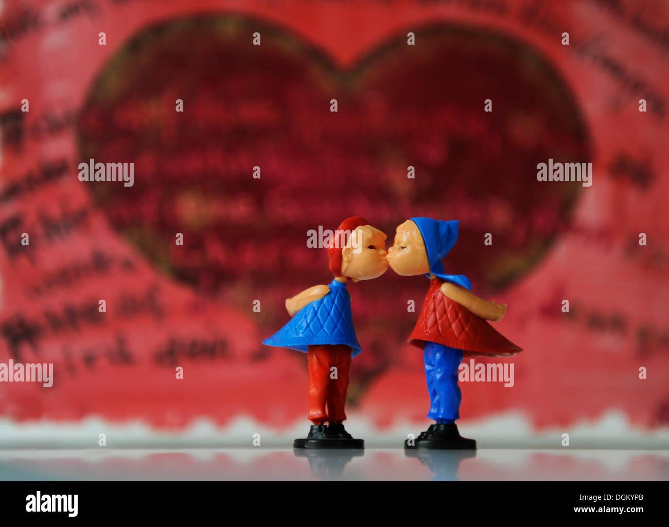 Kissing figure, immagine simbolica per amore, partenariato, matrimonio Immagini Stock