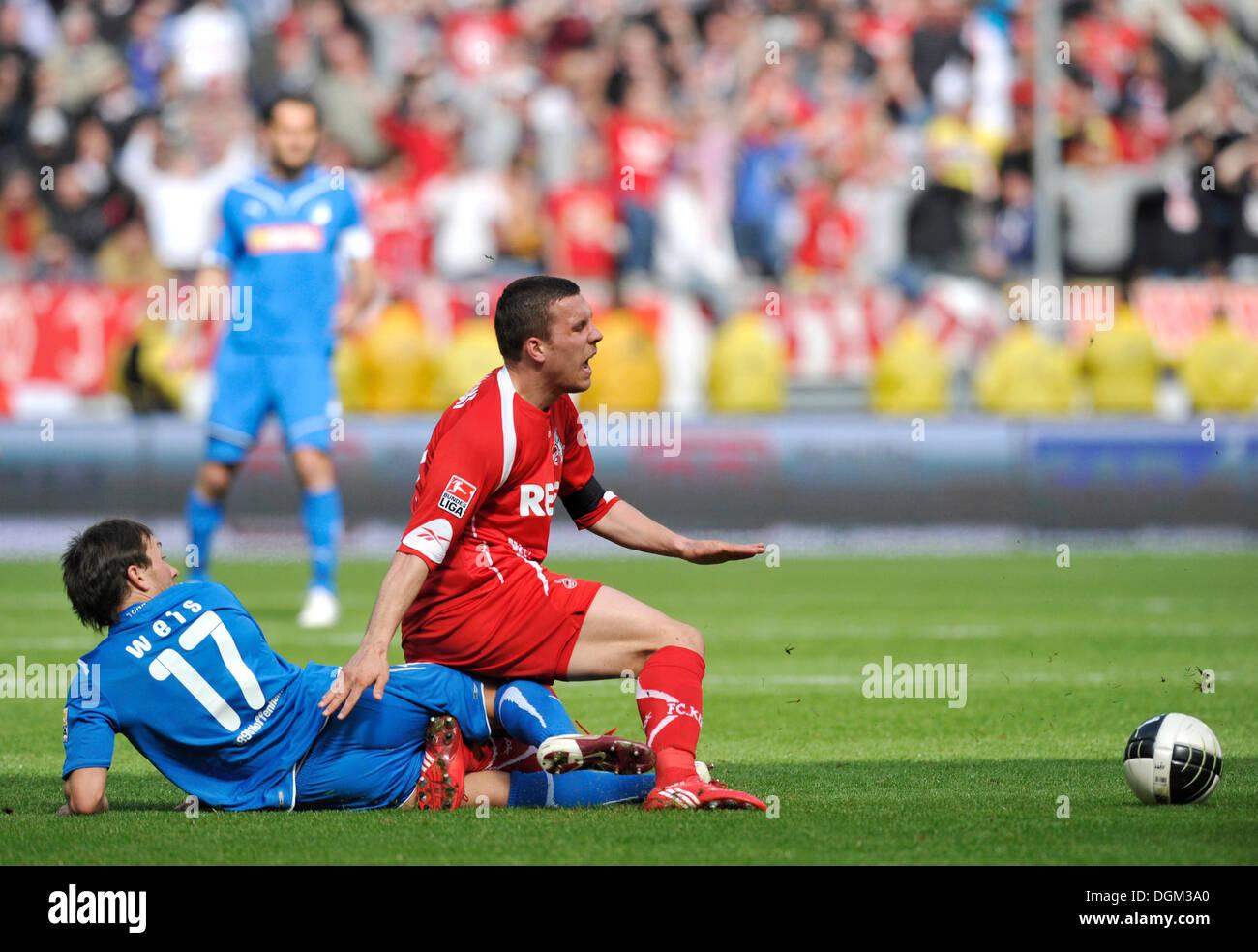 Fallo commesso durante la sfida, Tobias Weis del TSG 1899 Hoffenheim, sinistra, vs tedesco giocatore internazionale Lukas Podolski di 1 FC Immagini Stock