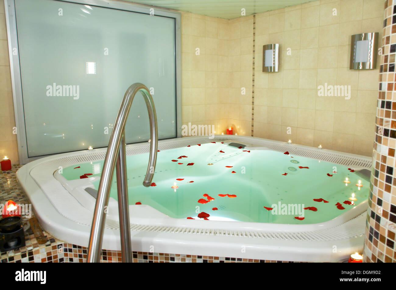 Vasca Da Bagno Jacuzzi : Vasca da bagno di jacuzzi con petali di rose foto immagine