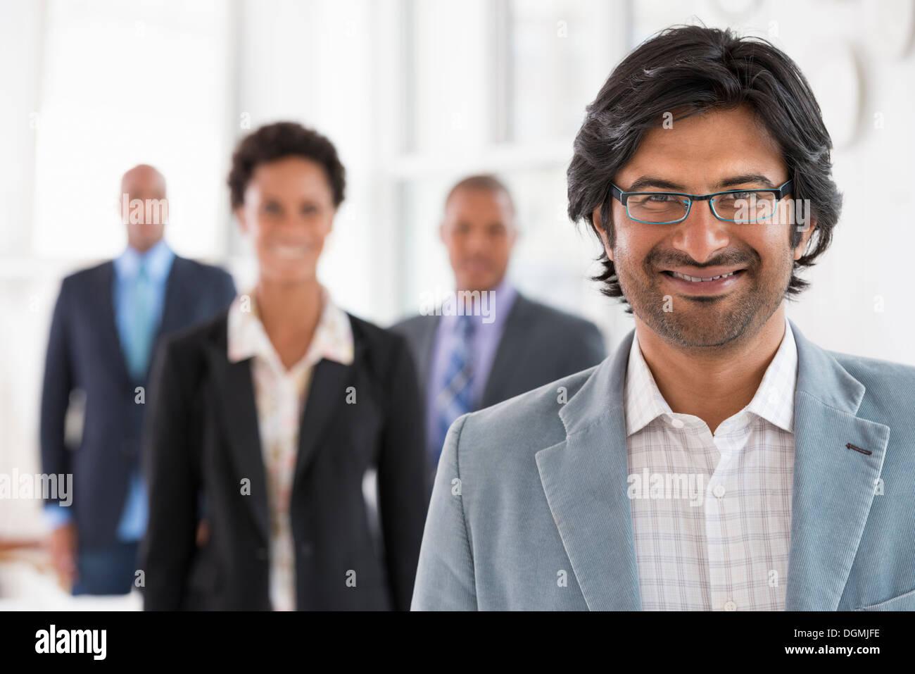 La gente di affari. Un team di persone, un reparto o azienda. Tre uomini e una donna. Immagini Stock