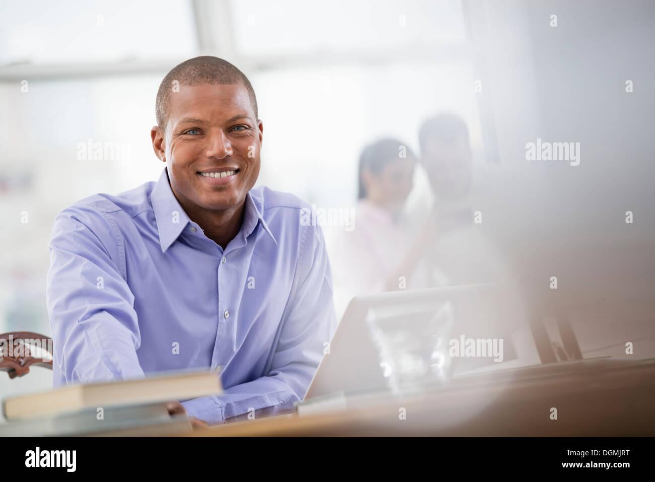 Vita in ufficio. Un Uomo in camicia blu. Immagini Stock