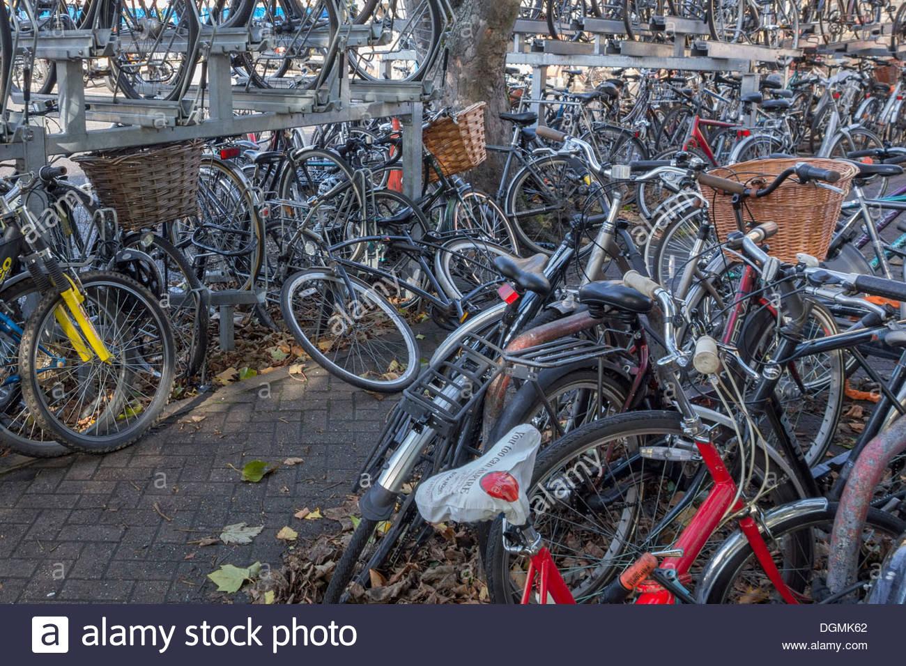 Caotico parcheggio biciclette a Cambridge stazione ferroviaria Immagini Stock