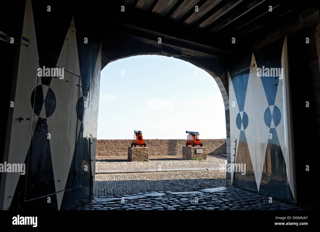 Le pistole di fronte al Campveerse Toren torre di difesa, la storica città di Veere, Walcheren, Zeeland, Paesi Bassi, Europa Immagini Stock