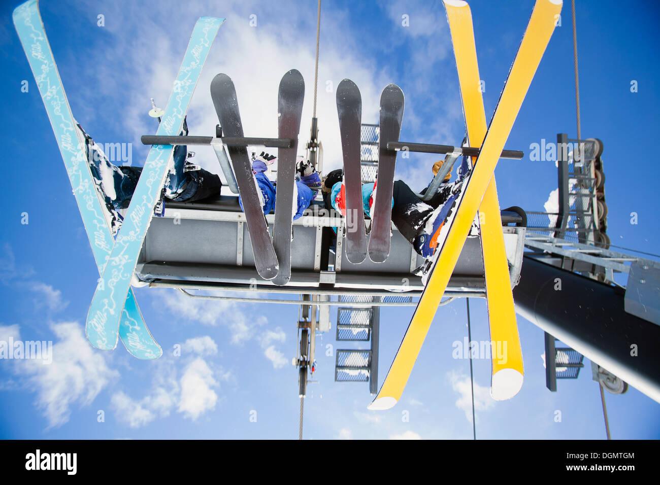 Famiglia di sciatori su sci lift visto da sotto Immagini Stock
