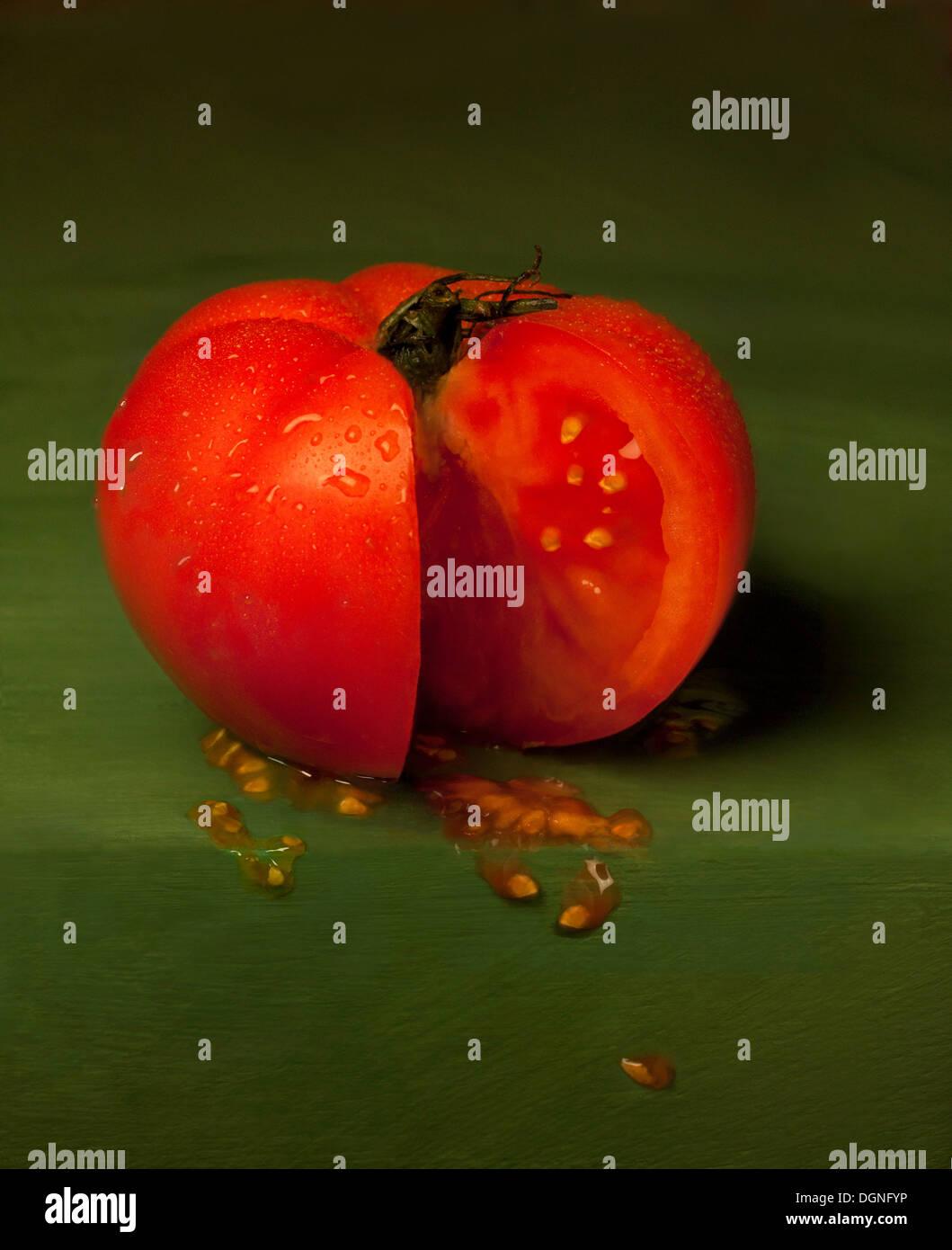 Fette di pomodoro su sfondo verde Immagini Stock