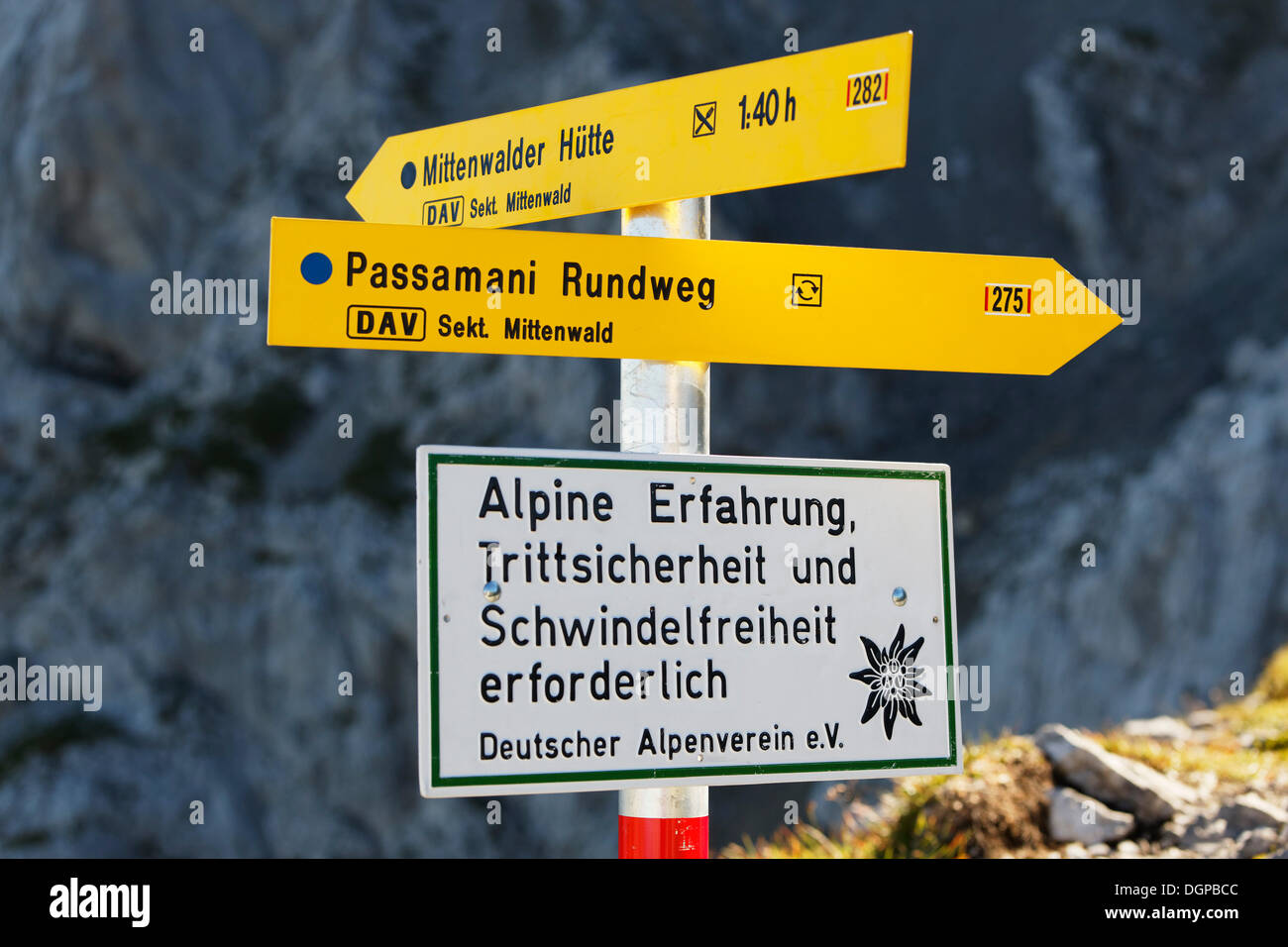 Cartello, passamani percorso circolare, Mittenwald, montagne Karwendel, Alta Baviera, Baviera Immagini Stock