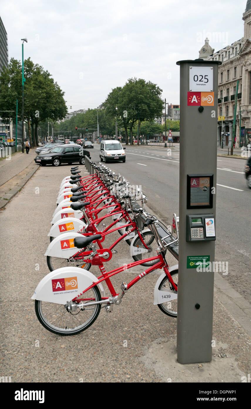 Un velo di noleggio pubblico stazione bicicletta piena di biciclette ad Anversa, in Belgio. Immagini Stock