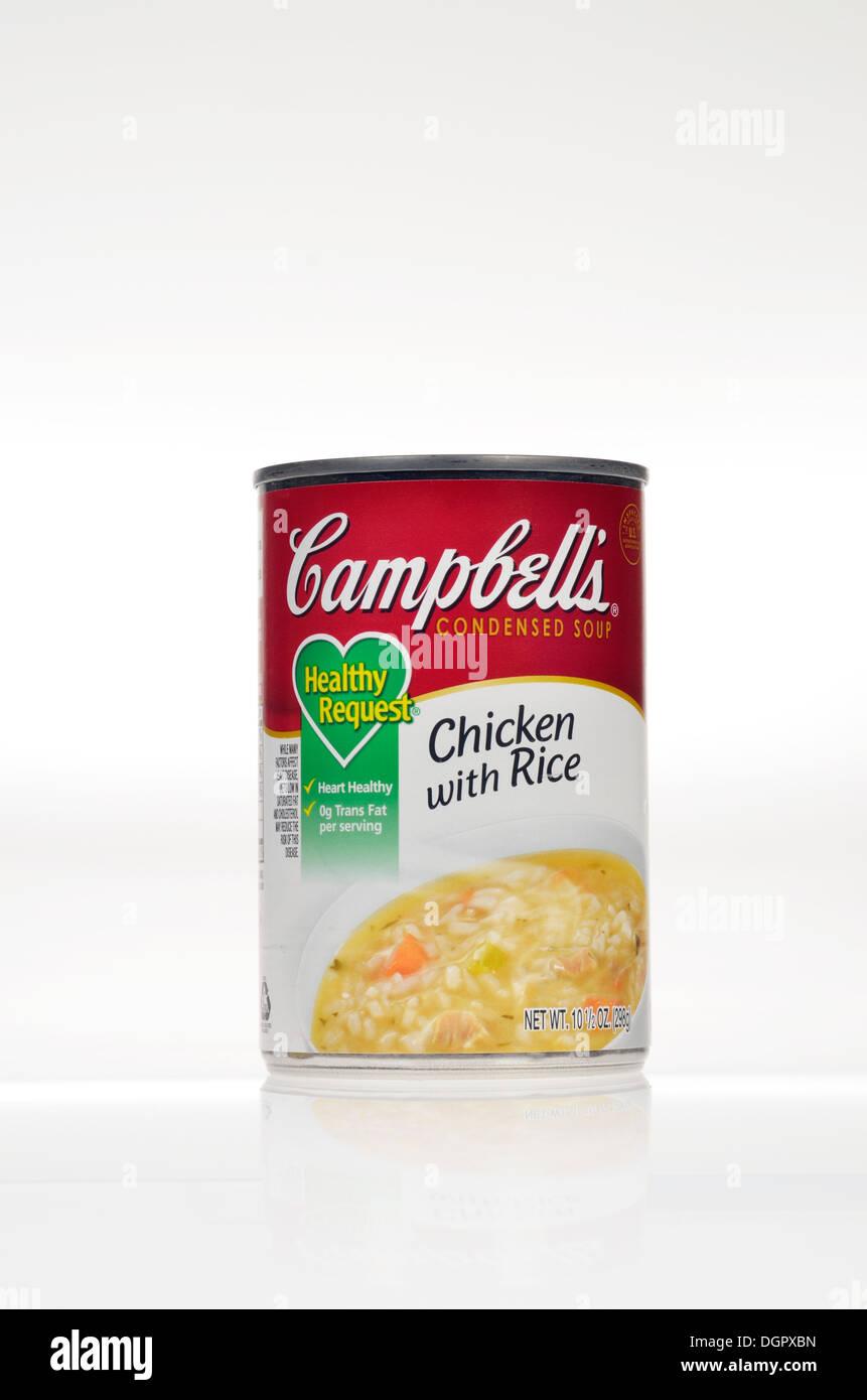Stagno non aperti di Campbell è richiesta sano pollo con riso zuppa su sfondo bianco, isolata. Immagini Stock
