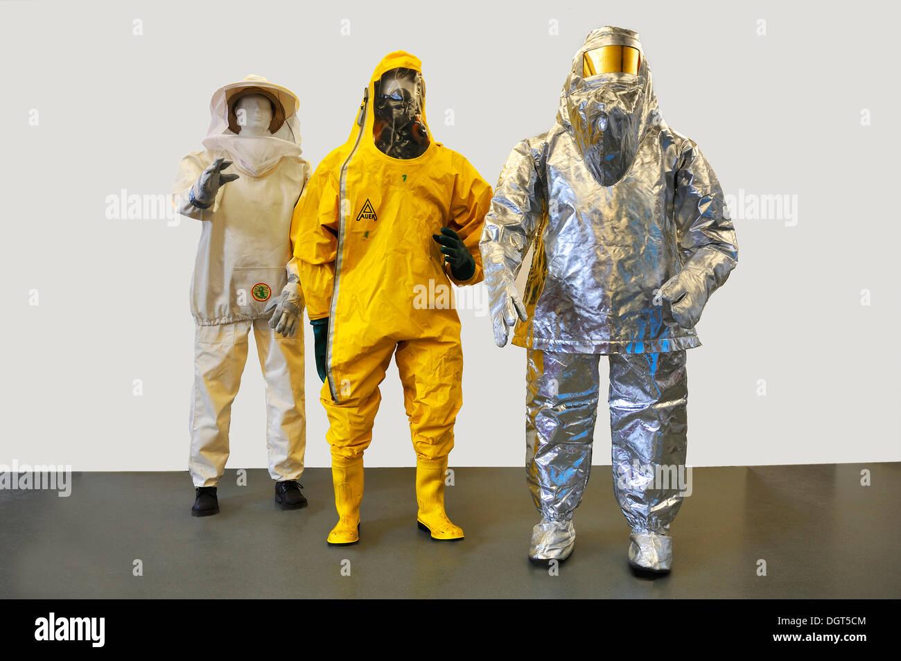 Tre tute contemporaneo dei vigili del fuoco, insetto abbigliamento protettivo, una tuta di protezione chimica con una maschera per la respirazione, Immagini Stock