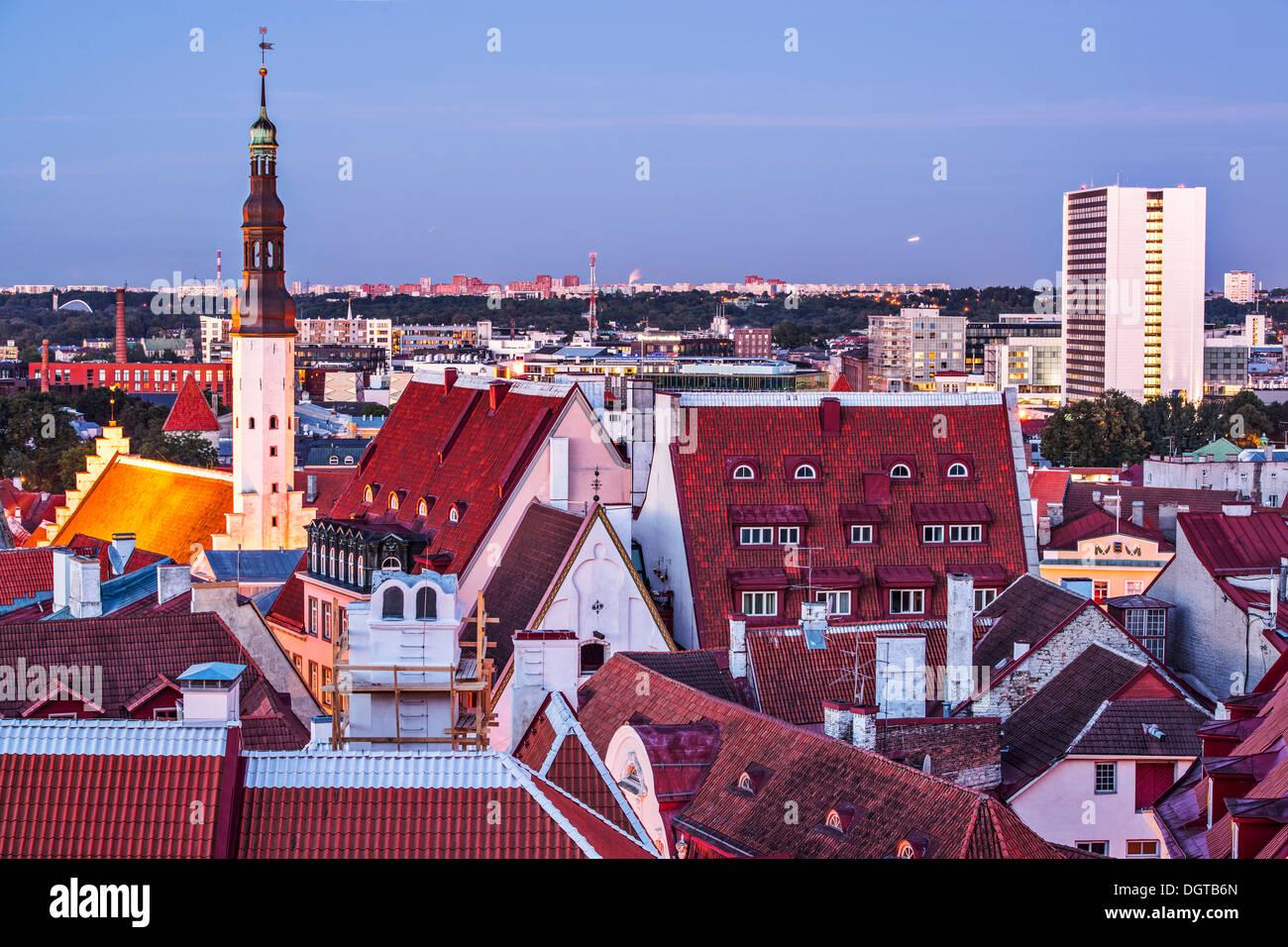 Skyline di Tallinn, Estonia presso la vecchia città. Immagini Stock