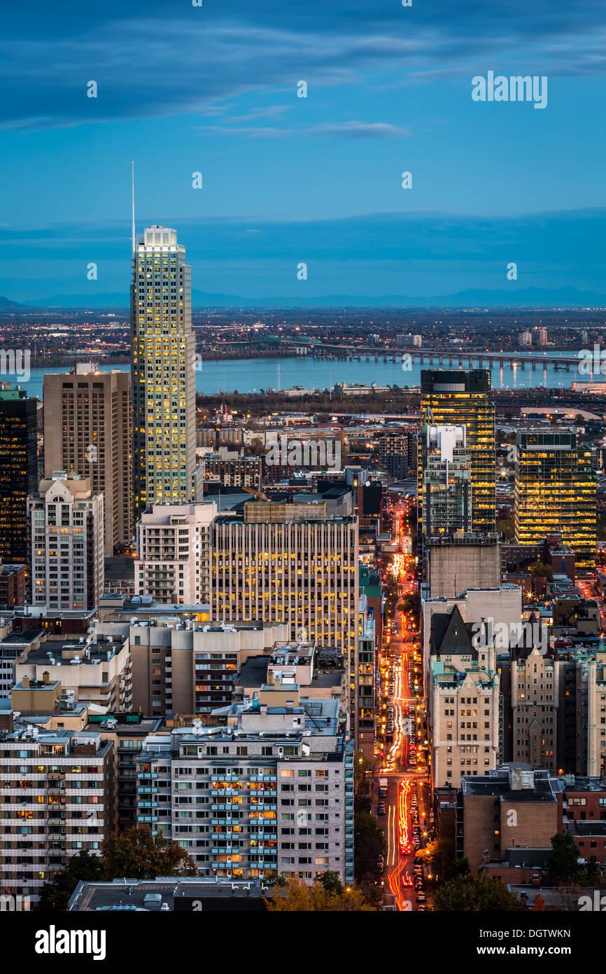 Vista aerea di Montreal al crepuscolo con Rush Hour sentieri del traffico su strada di montagna Immagini Stock