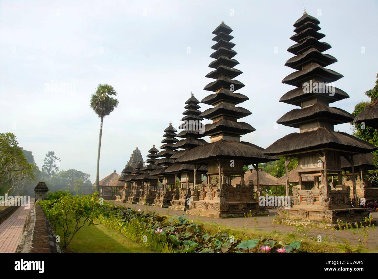 L Induismo di Bali, alto, slim pagode Balinese, Pura Taman Ayun Temple, acqua tempio Mengwi, Bali, Indonesia, Asia sud-orientale, Asia Immagini Stock