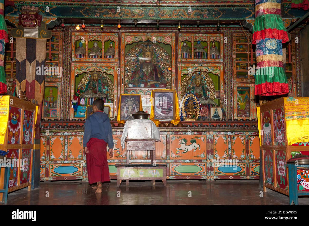Buddismo tibetano, debuttante in piedi di fronte all'altare, Yung Drung Kundrak Lingbon Monastero, Bon setta, vicino a Ravangla, il Sikkim Immagini Stock