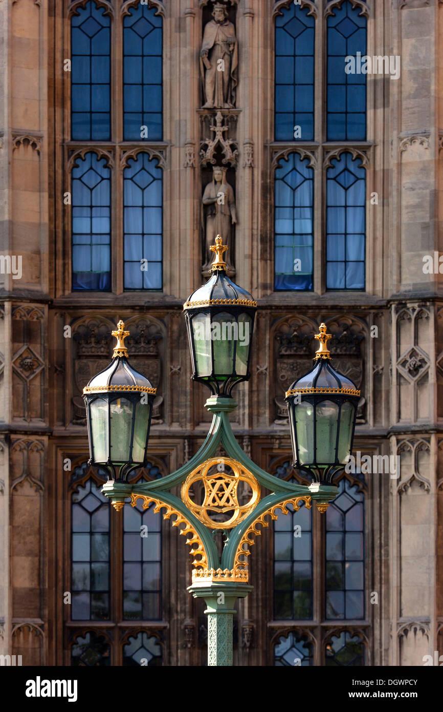 La vecchia strada lampada nella parte anteriore del Big Ben di Londra, Inghilterra, Regno Unito, Europa Foto Stock