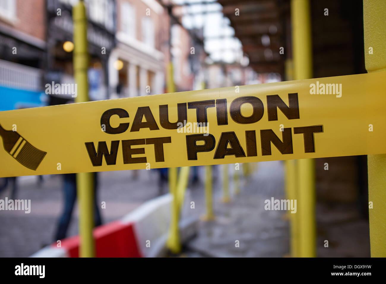Attenzione vernice fresca Nastro di avvertenza legata intorno al ponteggio Immagini Stock