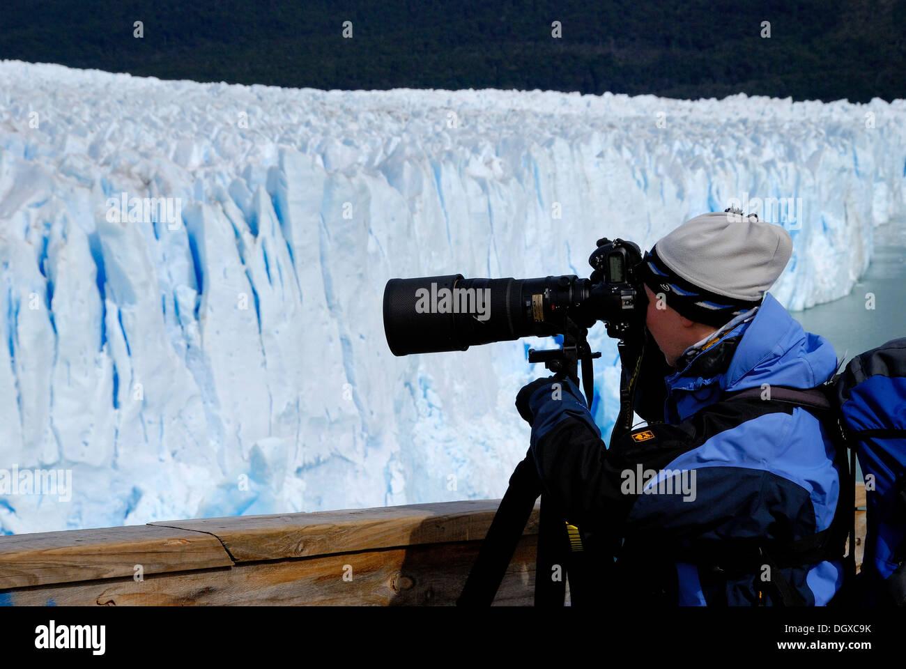 Fotografo con un teleobiettivo, prendendo foto del ghiacciaio Perito Moreno, Patagonia, Argentina, Sud America Immagini Stock