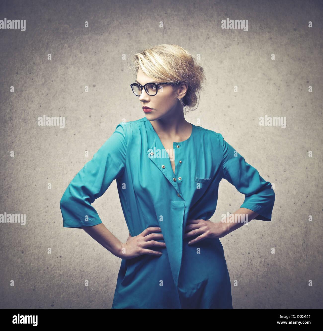 Bella ragazza bionda con un vestito blu Immagini Stock