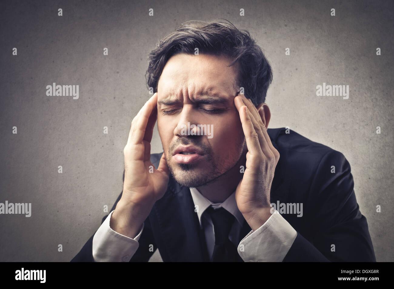 Sottolineato imprenditore con mal di testa Immagini Stock