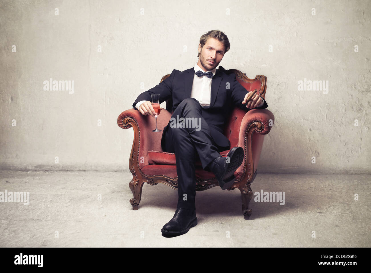 Gentleman seduta su una poltrona vintage Immagini Stock