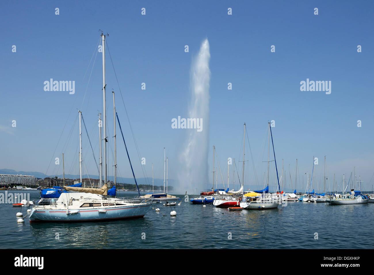 Vista sul Lago di Ginevra con il Jet d'Eau e le barche a vela, Ginevra, Svizzera, Europa Immagini Stock