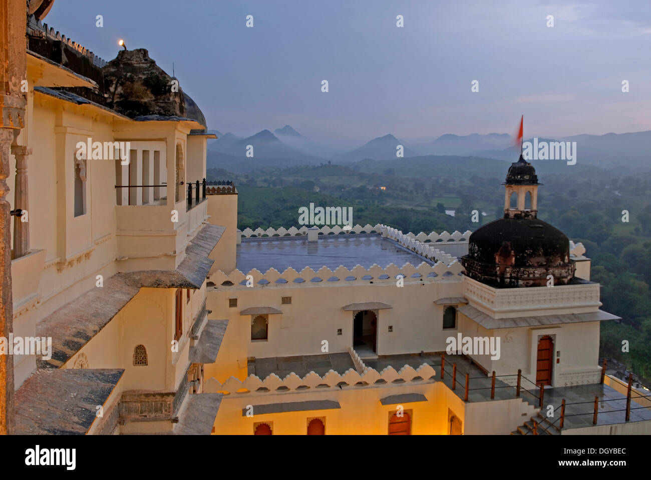 Devigarh Palace Hotel in il monsone, vicino a Udaipur, Rajasthan, India, Asia Foto Stock
