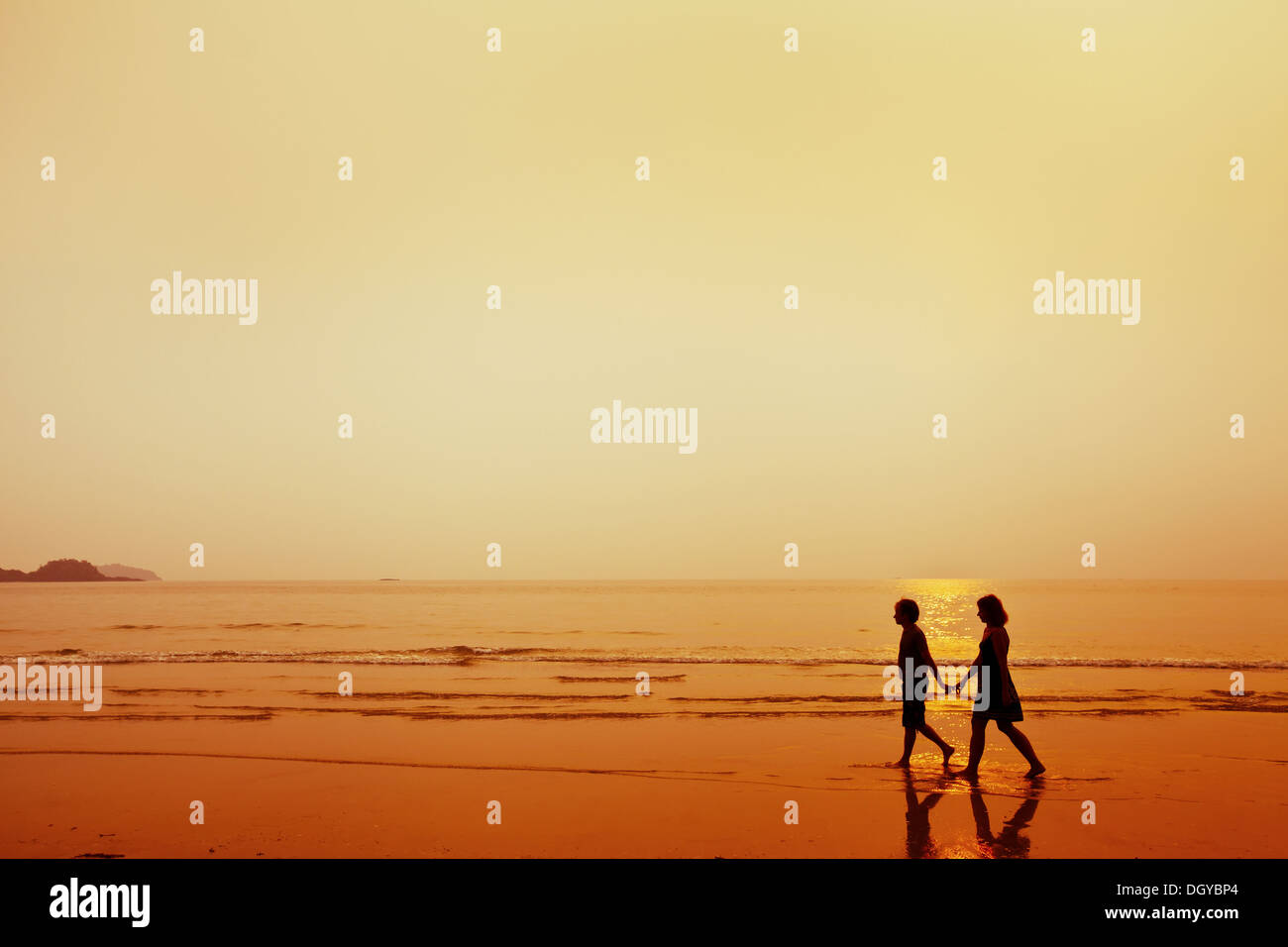 Silhouette di coppia sulla spiaggia Immagini Stock