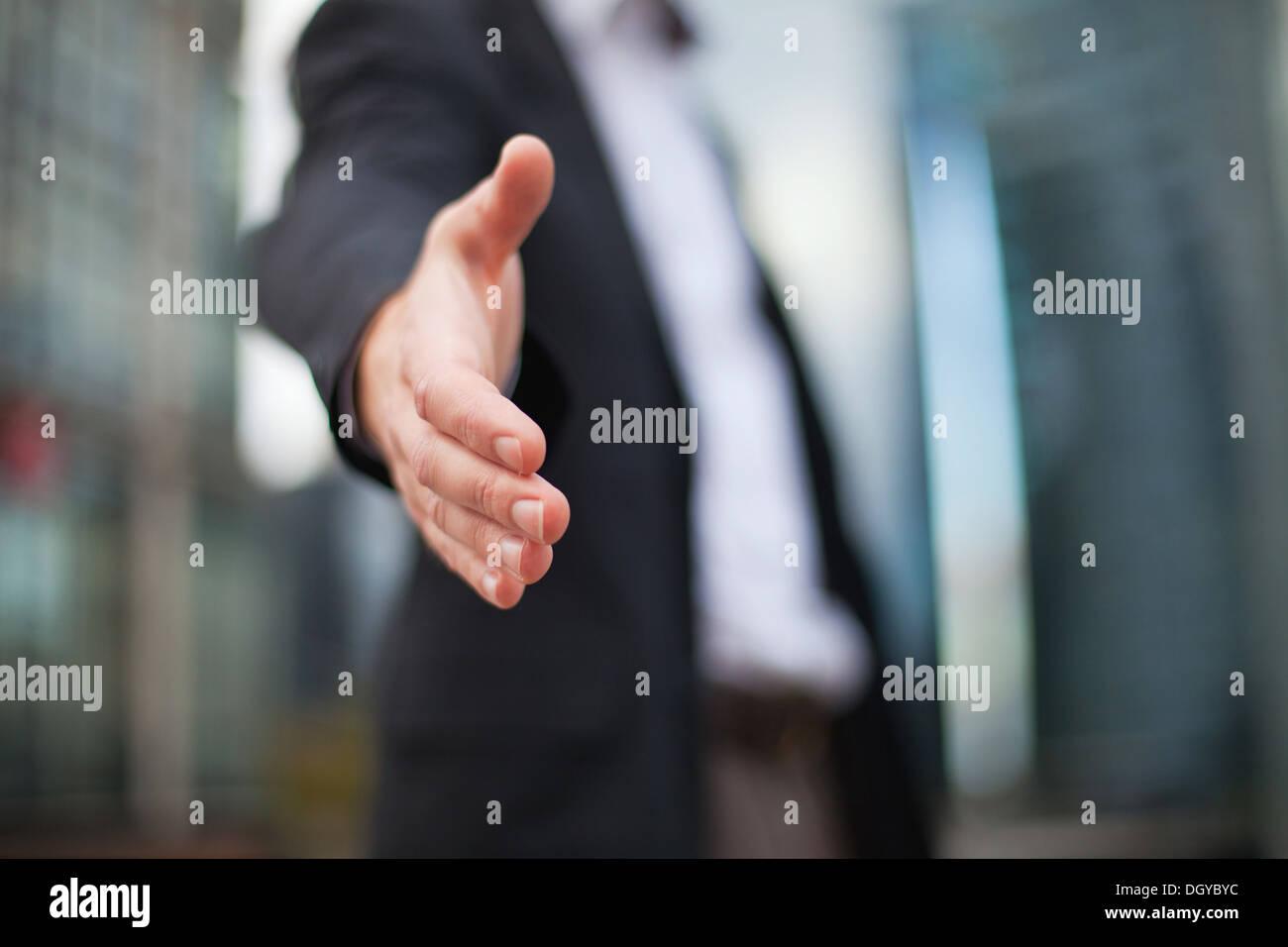 Uomo d'affari offrendo per stretta di mano Immagini Stock