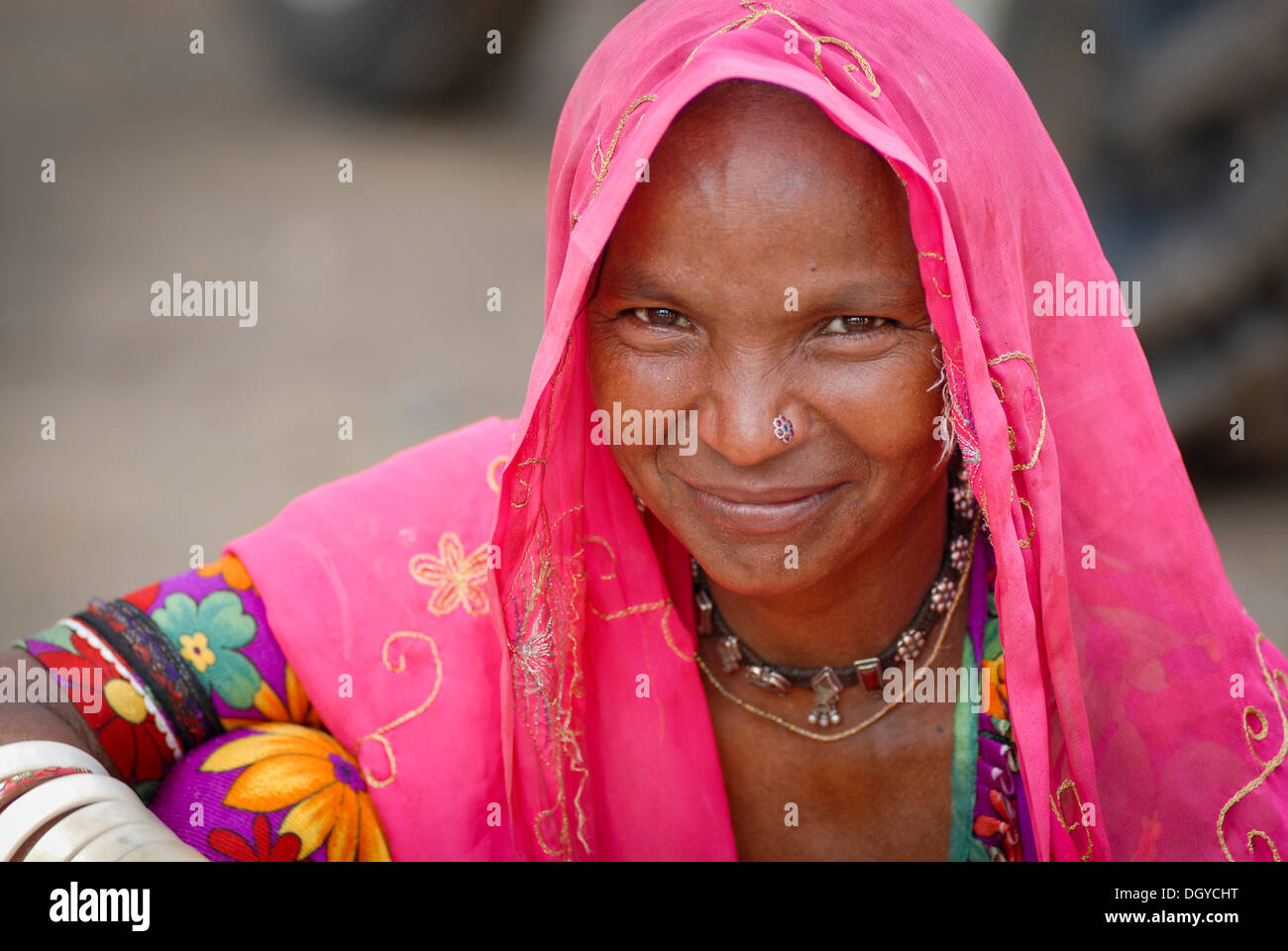 Donna sorridente vicino Dholpur, Rajasthan, India, Asia Immagini Stock