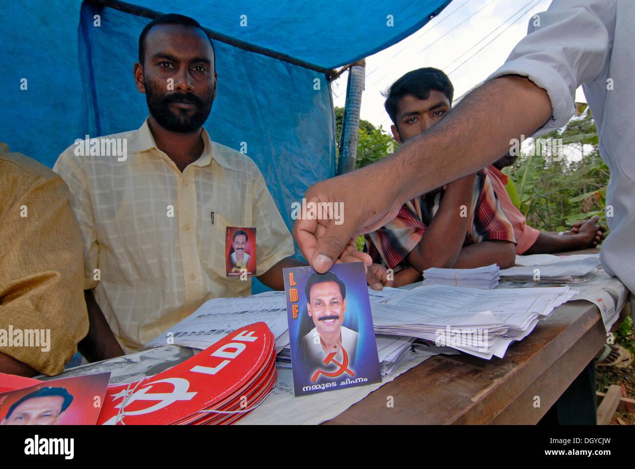 I sostenitori del partito comunista del Kerala, Thekkady Kerala, nel sud dell'India, India Immagini Stock