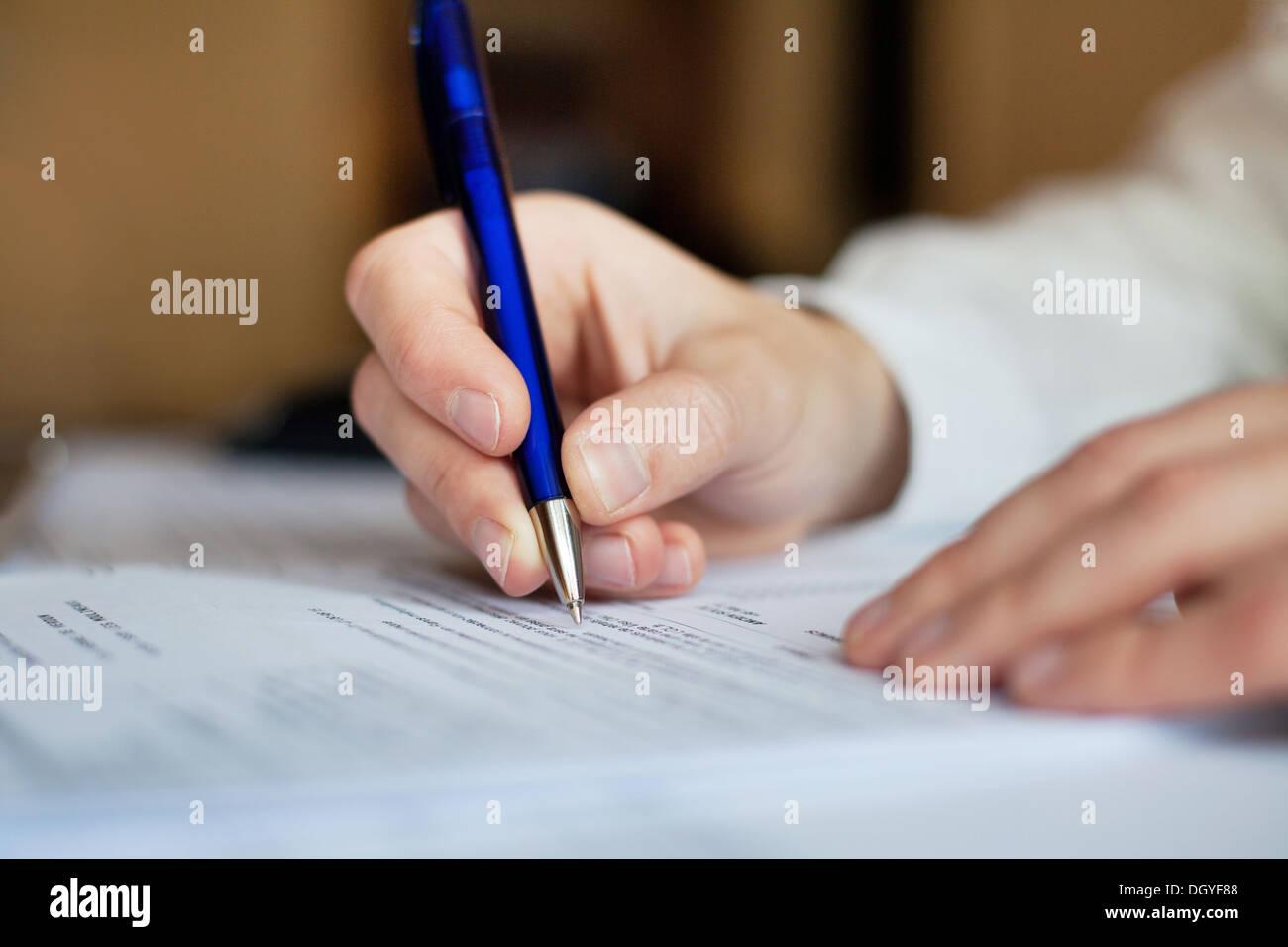 Business man lavora con documenti in ufficio, documenti cartacei Immagini Stock
