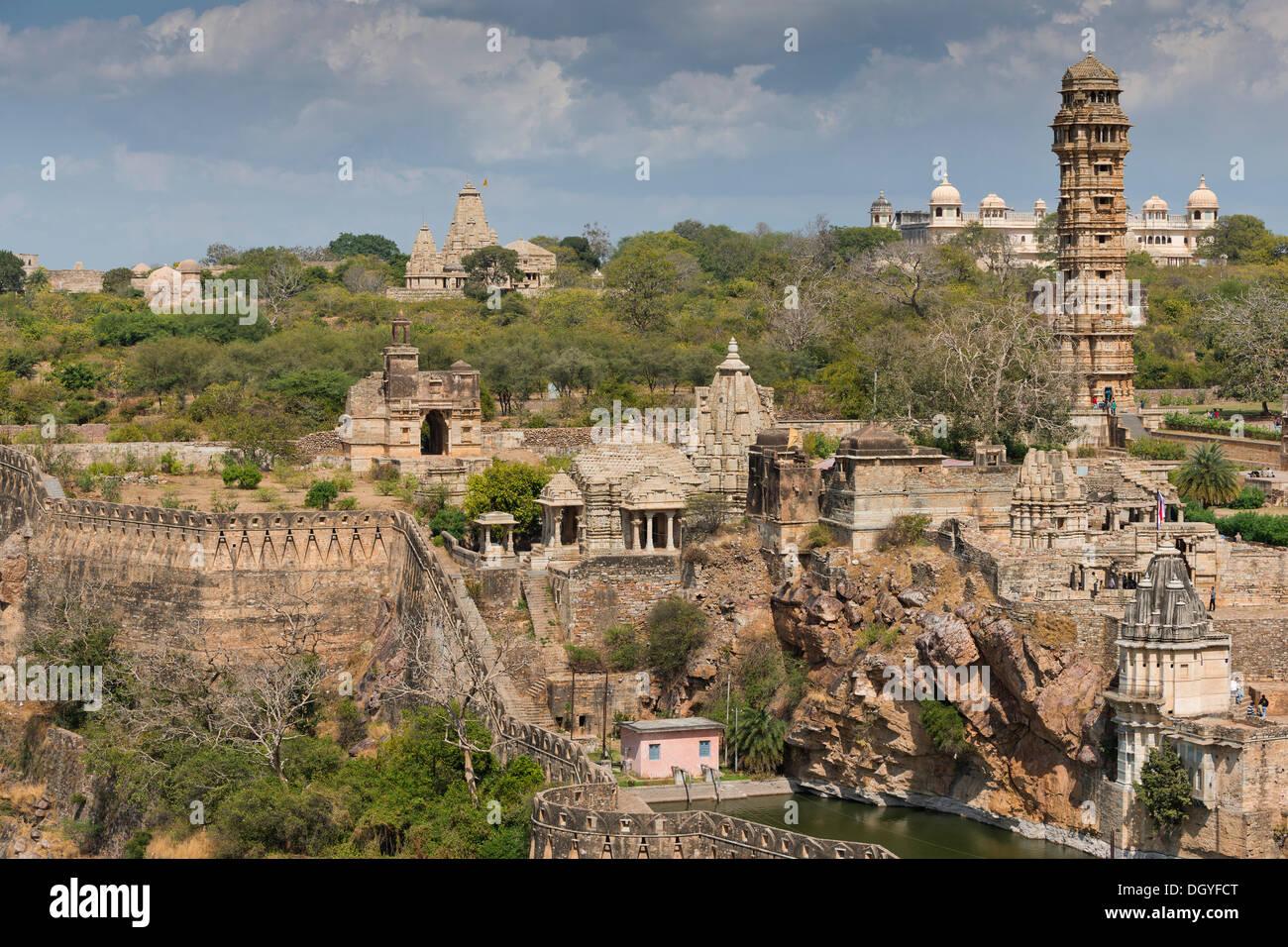 Mura fortificate, Chittorgarh Fort degli Indù Rajput capi con un tempio complesso e Vijaya Stambha, una vittoria a torre costruito Immagini Stock