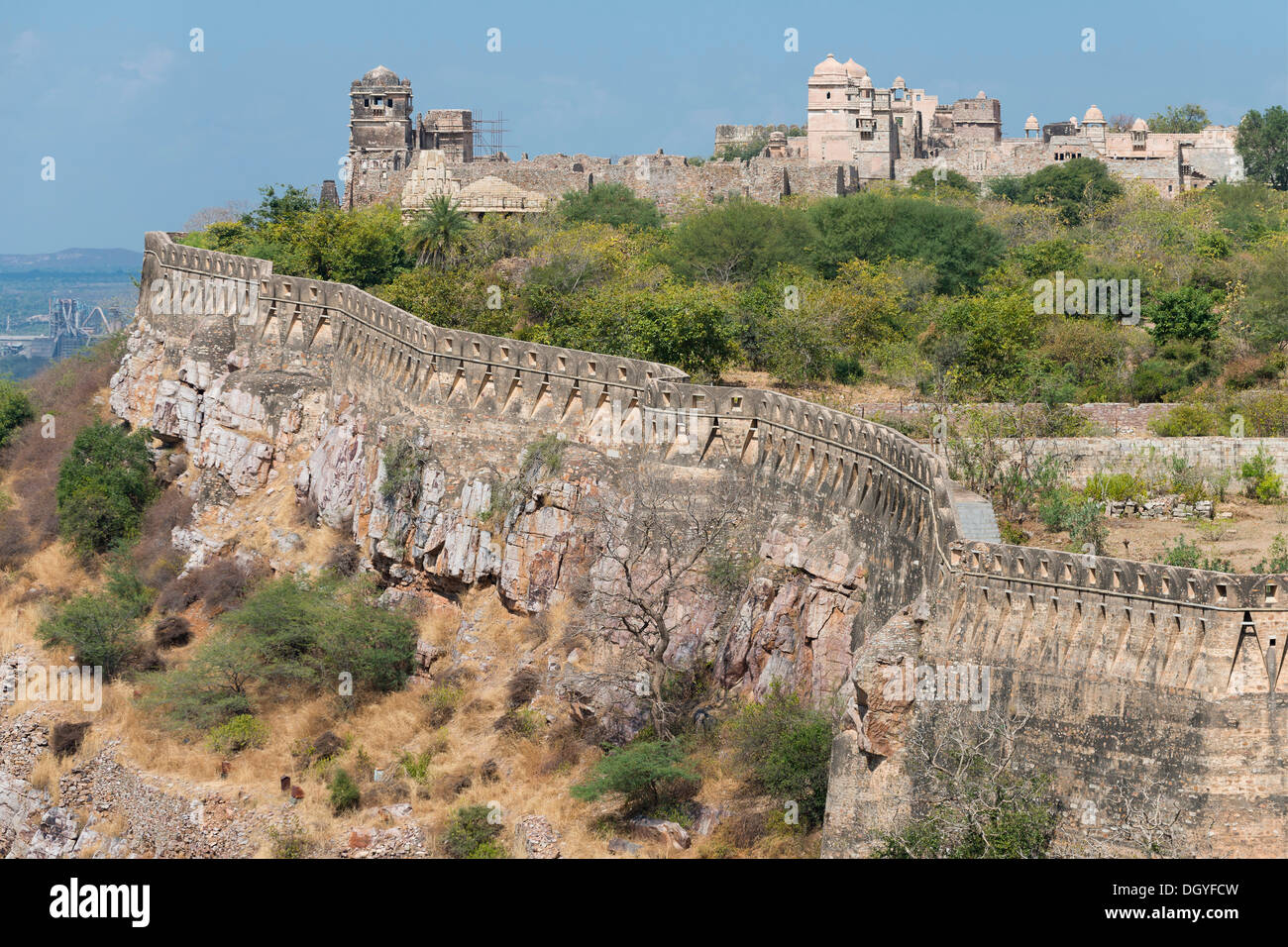 Mura fortificate, Chittorgarh Fort degli Indù Rajput princes, Chittorgarh, Rajasthan, India Immagini Stock